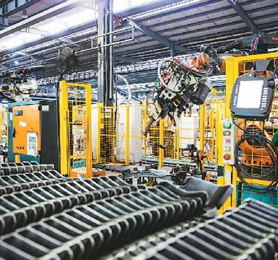 图为在腾海工贸有限公司,机器人进行汽车车身钣金冲焊件生产.