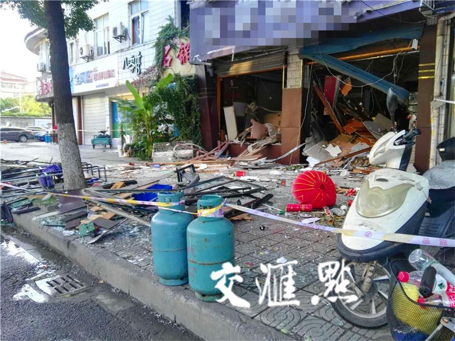 丹阳闹市区一餐馆今晨突然爆炸!有路过市民被震飞出来的物品砸中