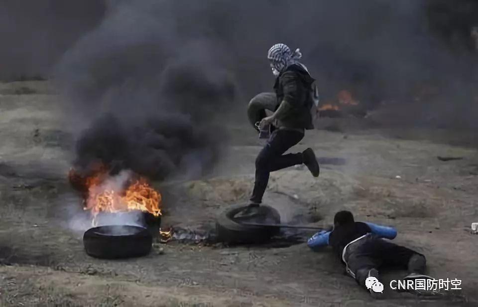 5月14日巴勒斯坦抗议民众向以色列军队投掷石头和燃烧弹。(图源:美联社)