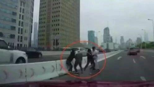 """男子自驾游到三亚,乱停车被罚扫地   乱套!两男两女竟然在高架上停车""""混合双打"""""""