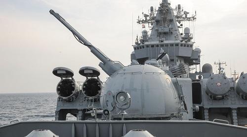 """资料图:这是2015年12月17日在叙利亚拉塔基亚省塔尔图斯港附近拍摄的""""莫斯科""""号巡洋舰""""AK-130""""多用途双管舰炮和""""堡垒""""导弹发射装置。新华社记者张继业摄"""