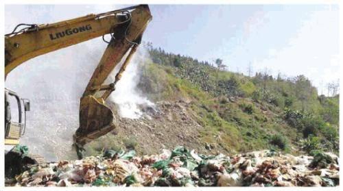 图为垃圾回填处理现场。