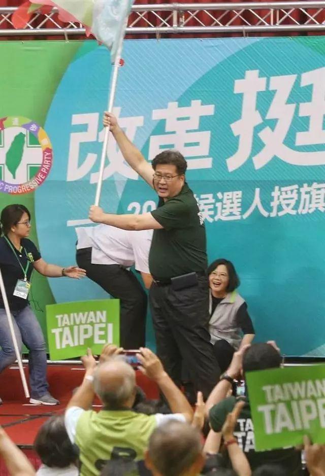 蔡英文一屁股跌坐舞台上。