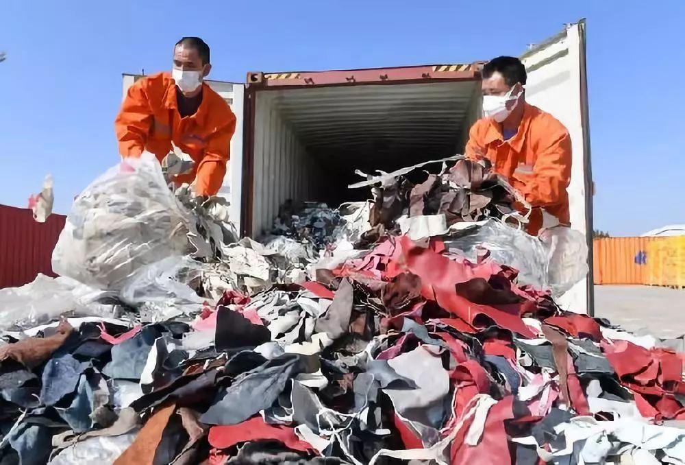 ▲工人在厦门海关的海沧查验场清理查获的进口牛皮革洋垃圾。(新华社)