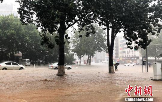 大连遭暴雨袭击 海陆空交通受阻。 朴峰 摄