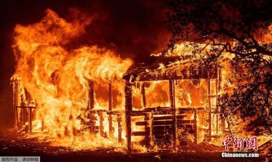 当地时间7月27日,美国加州森林大火持续肆虐,一名消防队员在火灾中丧生。过火面积达28000英亩,数十栋房屋被烧毁。据报道称,大火只被控制了6%左右。