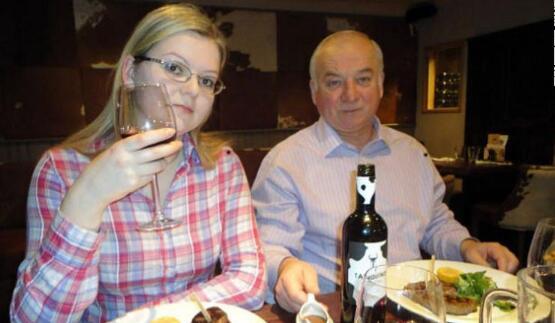 尤利娅及其父亲斯克里帕利。(图源:CNN)