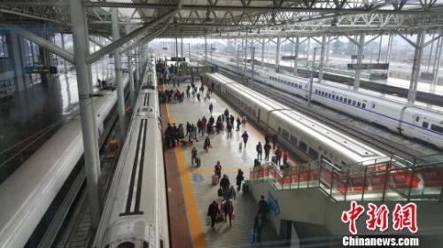 春运期间,温州南站内旅客上车 潘沁文 摄