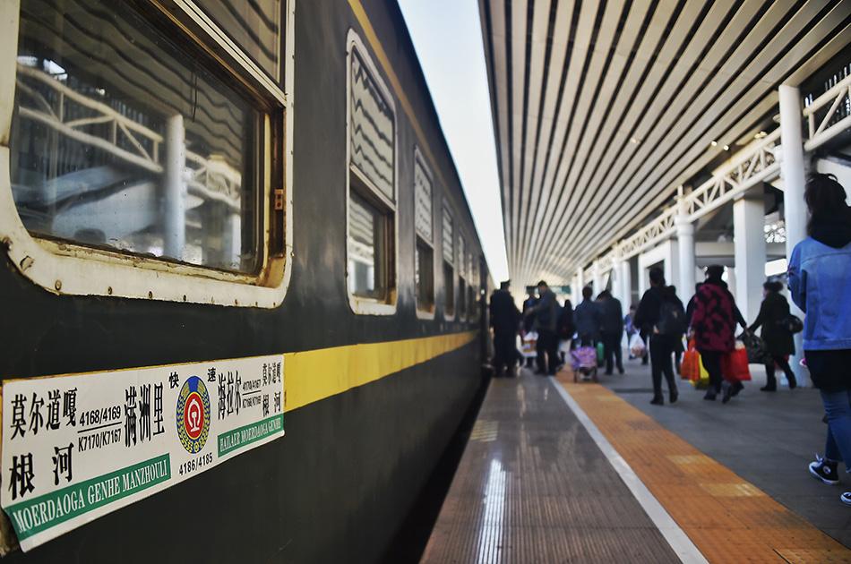 从谦洲里站开往根河站的K7170次列车。