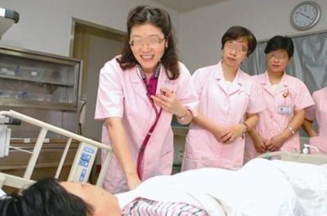 54岁高龄产妇顶着压力,在本该养老的年纪当了妈,原因有些心酸