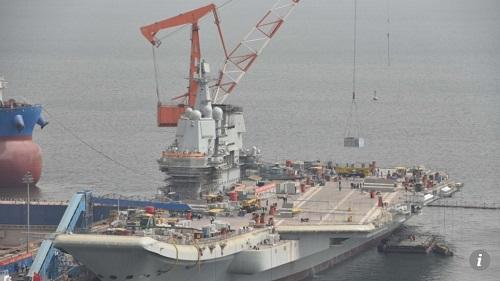 大连造船厂码头的001A型航母(香港《南华早报》网站)