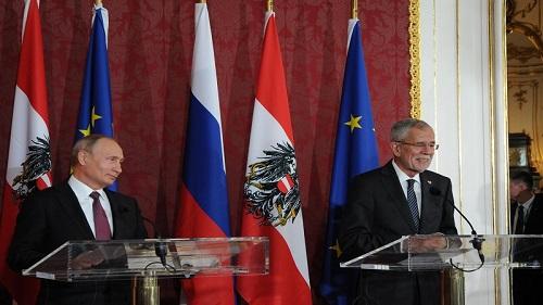 6月5日,在奥地利维也纳总统府,俄罗斯总统普京(左)和奥地利总统范德贝伦出席新闻发布会。新华社记者 刘向 摄