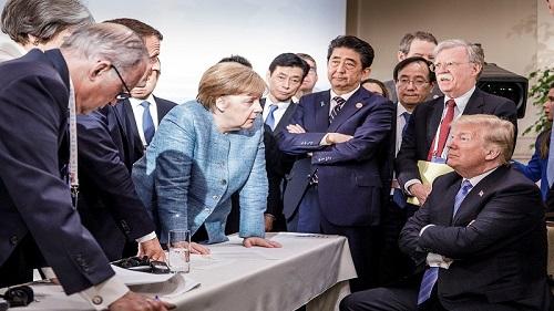 德国政府公布的照片显示,德国总理默克尔(左)9日在G7峰会上与美国总统特朗普针锋相对。(路透社)