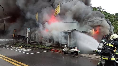 台北市宫庙大火四人失联,已寻获一男性遗体。图片来源:台湾《联合报》 廖炳棋摄