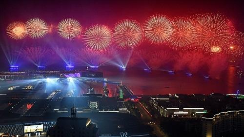 这是青岛举行的《有朋自远方来》灯光焰火艺术表演(6月9日摄)。新华社记者 李紫恒 摄