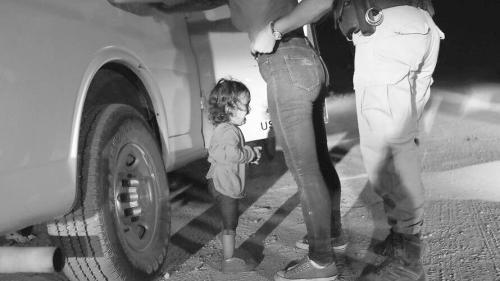 12日,当妈妈在美墨边境被羁押时,这名2岁的 洪都拉斯女孩放声大哭。