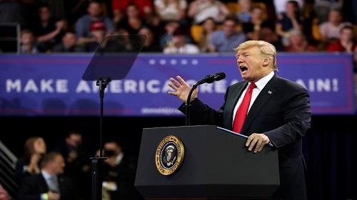 美国总统特朗普说,朝鲜已在20日将200名在朝鲜战争期间失踪的美军官兵的遗骸归还给美国。图为特朗普20日在明尼苏达州德卢斯参加集会活动时宣布此消息。(路透社)
