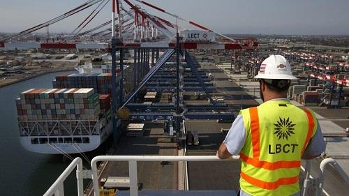 对中国商品征税威胁到南加州港口。图为南加州长滩港口。(美国《洛杉矶时报》网站)