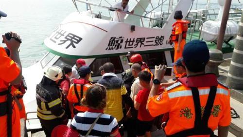 游客惊魂未定,一人脱水送医。 (图:台湾《中时电子报》/台湾搜救中心 提供)