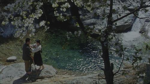 朝美合拍电影《山那边乡村》截图(图片来自韩联社网站)
