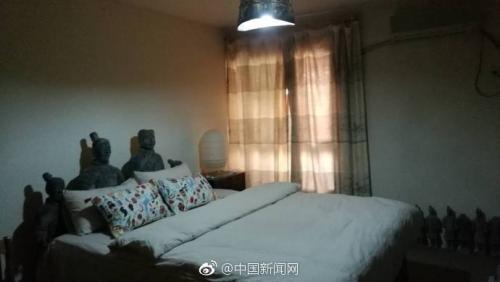 卧室床头的两位俑颇为显眼。微博截图
