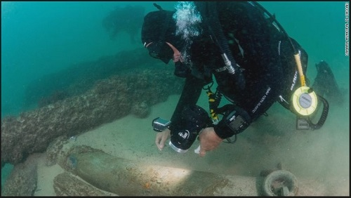 考古学家对沉船进行调查(美国有线电视新闻网网站)