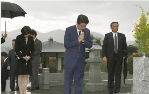 1月6日,安倍晋三在家乡山口县为父亲扫墓。(日本《产经新闻》网站)