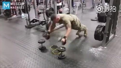 海军陆战队员去健身房训练,立刻成为全场焦点!!!