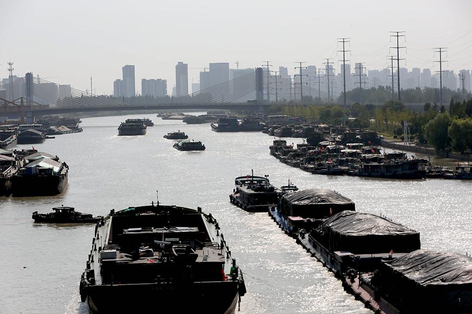 2019年8月24日,江苏淮安,京杭年夜运河河流运输船只川流不息。视觉中国 图