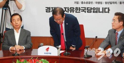 图注:韩国最大在野党自由韩国党党首洪准杓宣布辞职