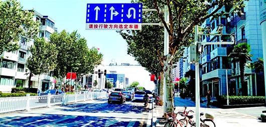 转向车道变化多开车仔细点 武汉交警提醒驾驶员提前观察分道指示牌