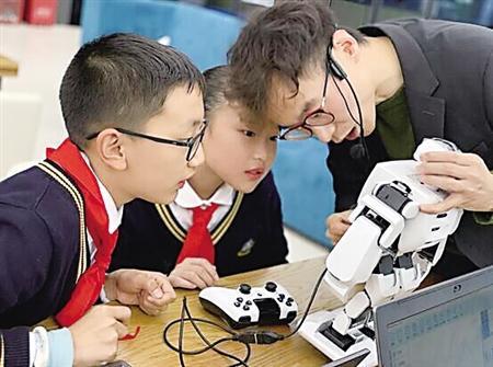 """人工智能课程首进礼嘉智慧公园 学生娃娃编程机器人""""能歌善舞"""""""
