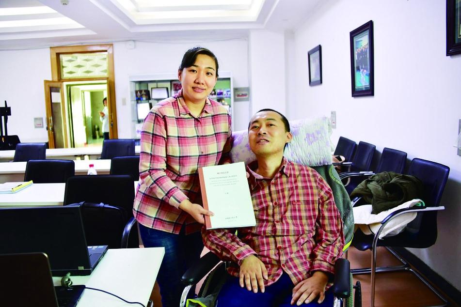 东北林业大学教师马超 忍痛流汗轮椅上完成博士答辩