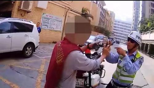 """江门:协警对他人违停车拍摄,""""早餐男""""竟阻拦执法"""