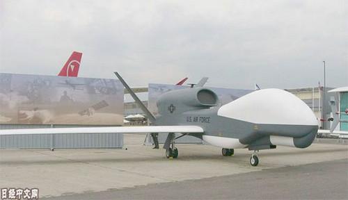 """资料图片:美国的""""全球鹰""""军用无人机。(《日本经济新闻》网站)"""