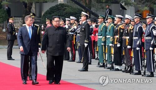 资料图:韩国总统文在寅(左)与朝鲜最高领导人金正恩