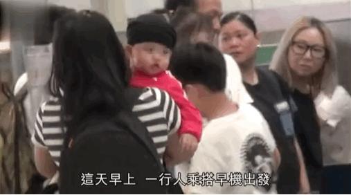 港媒曝张柏芝三胎儿子正面照 与二哥幼时极相似