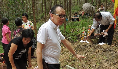 雷蒙德·张(音)去年回到位于广东开平的老家寻根(香港《南华早报》网站)