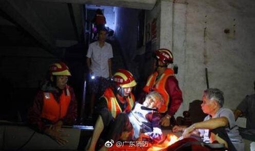 广东阳江普降暴雨多地被淹 消防营救疏散2300余人