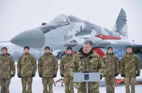 乌克兰军队12月初在俄乌边境进行军演,乌总统波罗申科现场观摩。(图源:路透社)