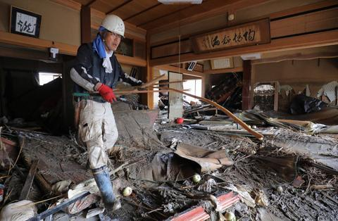 日本灾民在清理被洪水浸泡过的房屋( 《每日新闻》 )