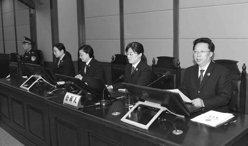 山东省潍坊市检察院检察长王桂春(右一)出庭支持公诉