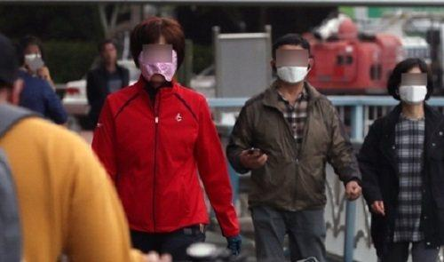韩国行人佩戴口罩出行