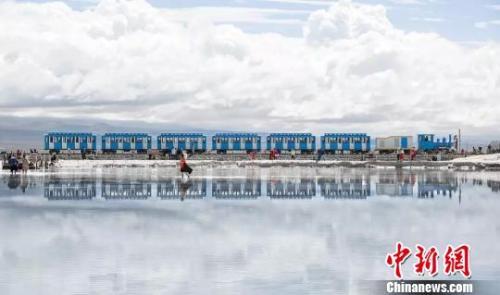资料图:青海茶卡盐湖。 钟欣 摄