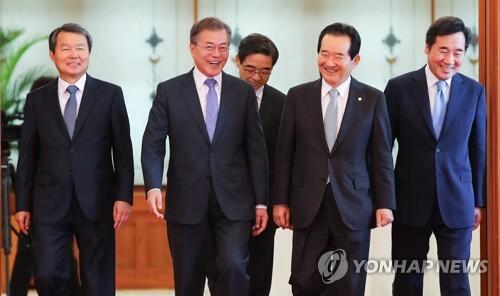 左起分别为韩国宪法法院院长李镇盛、总统文在寅、中选会委员长权纯一、国会议长丁世均、国务总理李洛渊