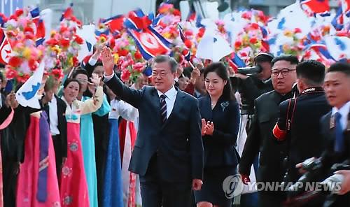 韓國總統文在寅乘專機抵達朝鮮平壤順安國際機場。朝方舉行歡迎儀式,朝鮮最高領導人金正恩在機場迎接。