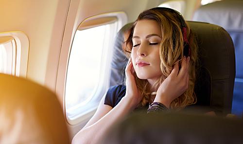 乘客在机舱内显示屏前的行为会毫无防备地泄露出去。(视觉中国)