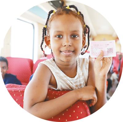由中資企業承建的亞吉鐵路,是非洲第一條跨國標準軌電氣化鐵路。圖爲列車上的小乘客向記者展示車票。 呂強 攝