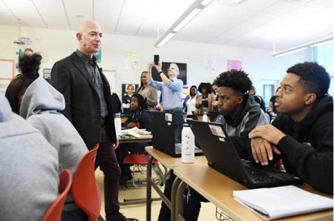 亚马逊创始人造访美国高中 学生:这个秃子是谁?