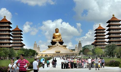 遊客們在高雄市佛光寺遊覽參觀(2013年6月2日攝)。 新華社記者陶明攝